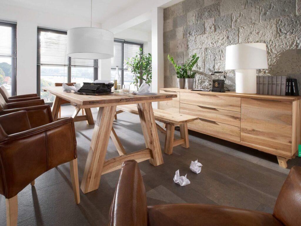 Massivholztisch RANCH aus Wildeiche - abgebildet mit Sitzbank RANCH Sideboard RANCH und Sthul LORD