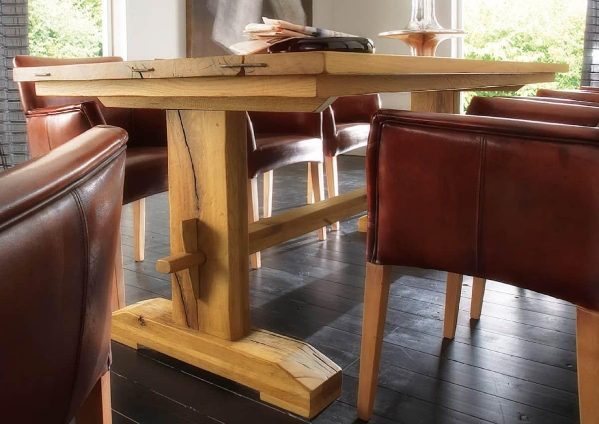 Esstisch THOR - massiver Holztisch aus Wildeiche. Detail Aufnahme Seite und Tischfuss