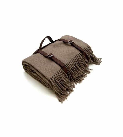 Decke aus 20% Kaschmir 80% Wolle mit Tragegurt aus Leder in der Farbe Sand
