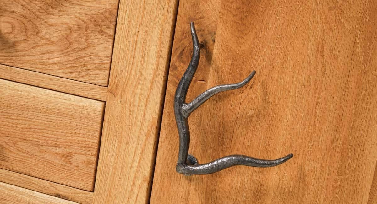 Sideboard SEDRUN - Massivholzmöbel aus Wildeiche. Deatil Aufnahme des Türgriffes
