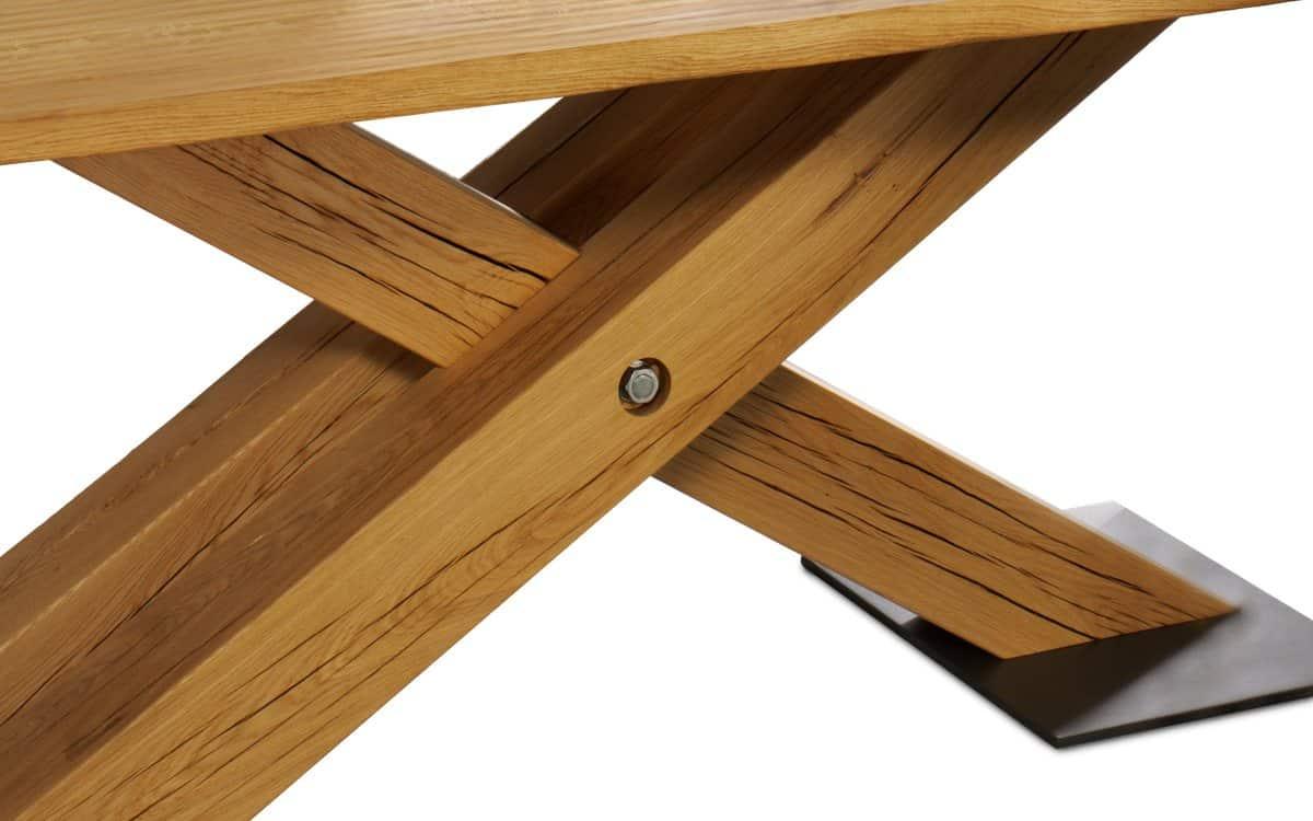 Tisch Brig - rustikaler und heimeliger Tisch mit handgeschroppter Tischplatte - Detail der Balkenkustruktion