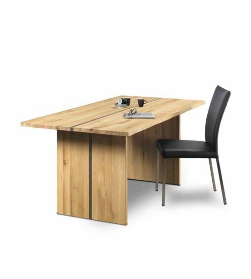 Esstisch VARO - massiver Holztisch mit Baumkantenoptik. Der Tisch ist wahlweise in Wildeiche (weisslich) oder amerikanischem Nussbaum erhältlich.