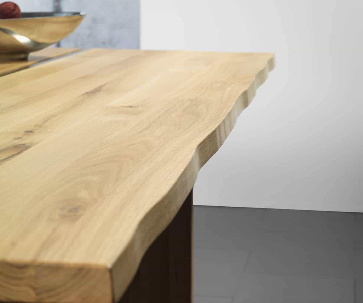 Esstisch VARO - massiver Holztisch Detail Baumkannte