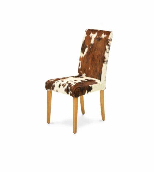 Stuhl COW - ein Stuhl zum verlieben. Das Gestell wird aus massiver, geölter Eiche gefertigt. Der Bezug ist aus echtem 2-3 farbigenKuhfell.