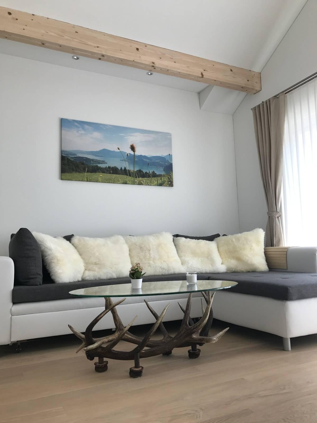 Ein Couchtisch Flint aus Hirschgeweih und Glas stilvoll in seinem neuen Zuhause