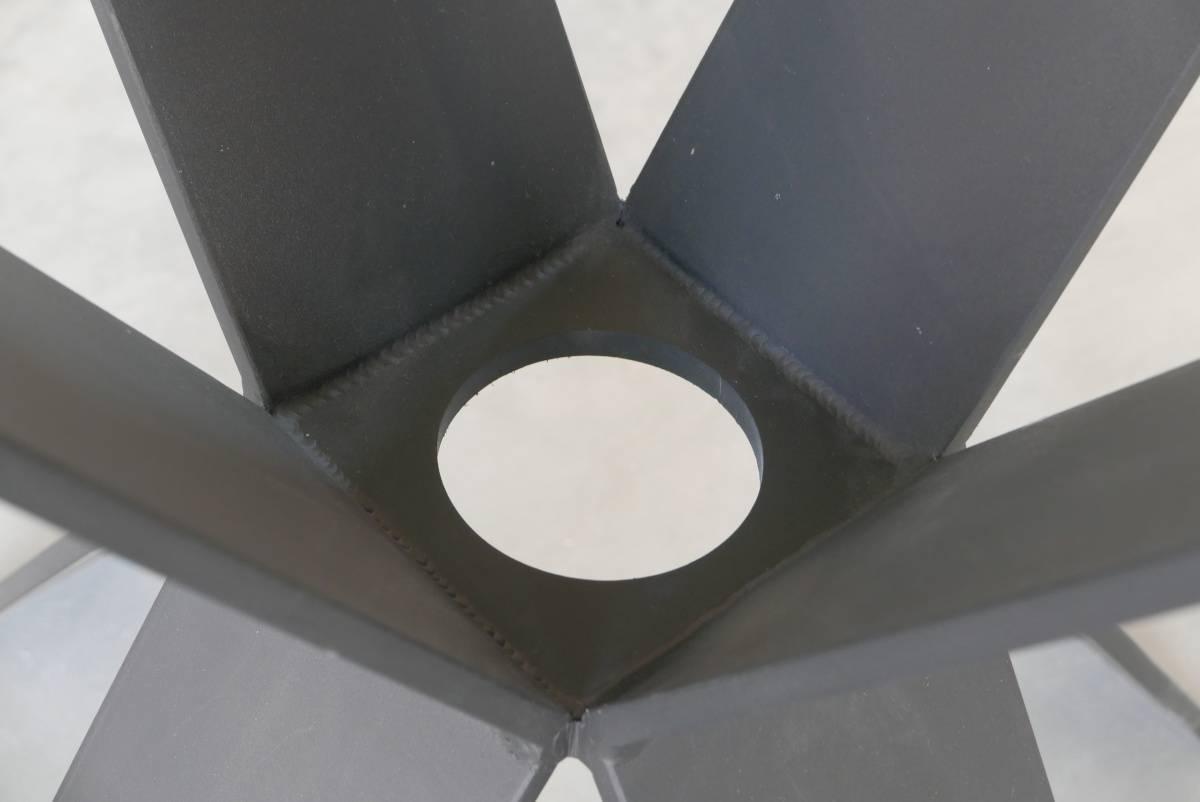 Tisch XAVIER, runder Esstisch aus Holz und Stahl Detail Tischfuss