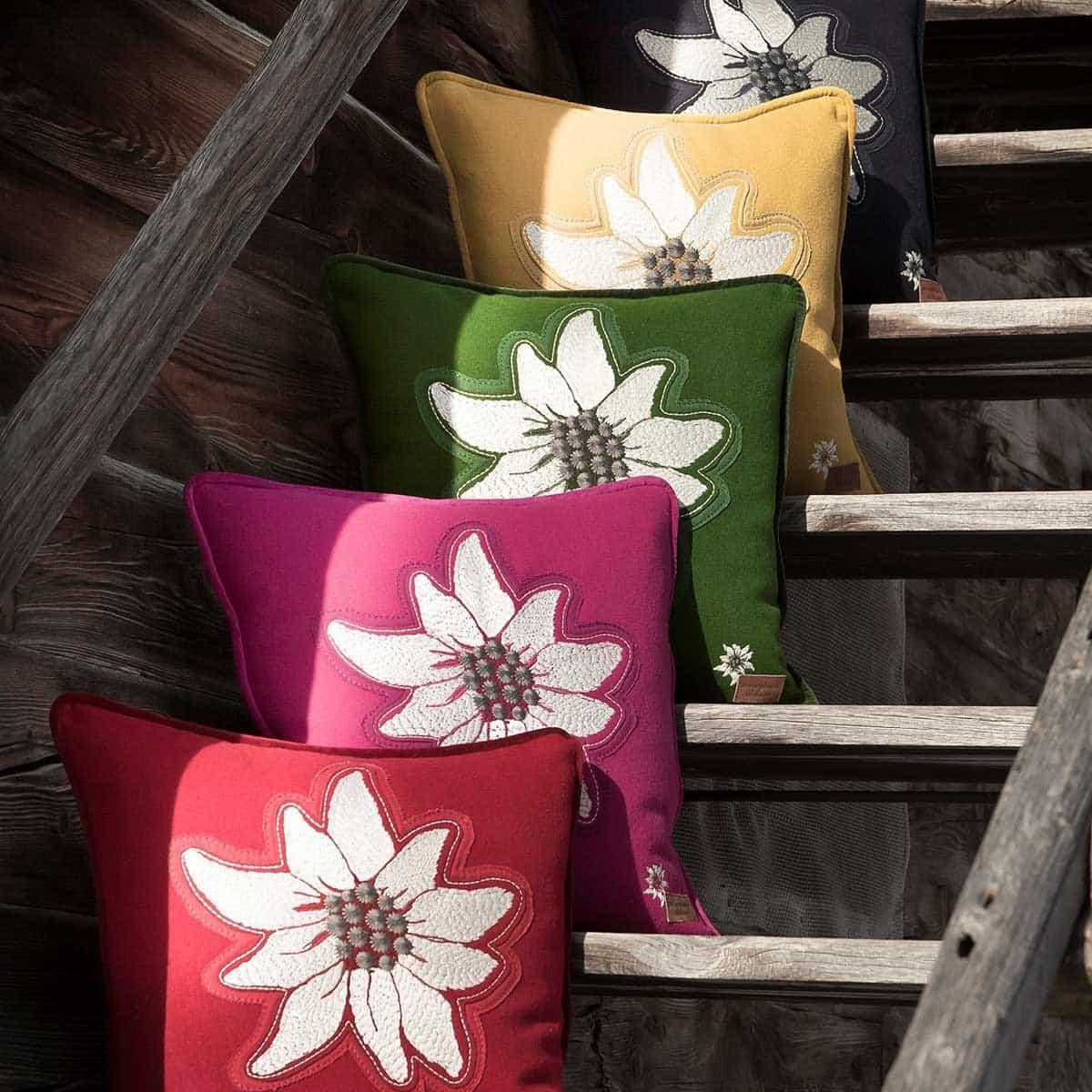Alle 5 Farben des Alpenchic Kissen Alpenstern auf einem Bild