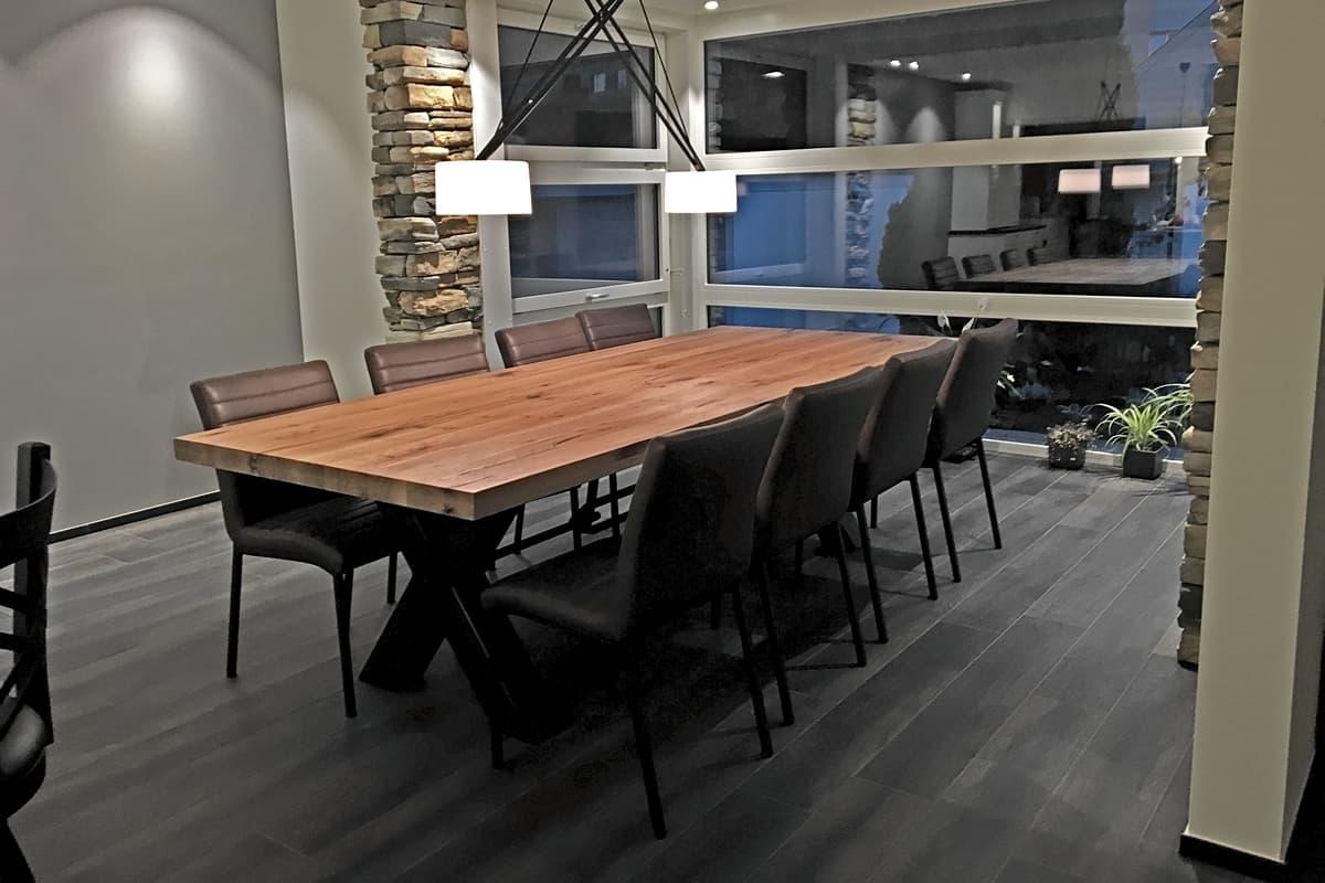 Massiver Holztisch mit Stahlfuss im modernen Ambient #urbanalpineliving