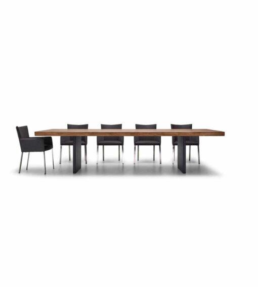 Esstisch Emmental - massiver Holztisch aus Nusbaum, Wildeiche oder Ulme - hier abgebildet in Nussbaum mit passenden Stühlen