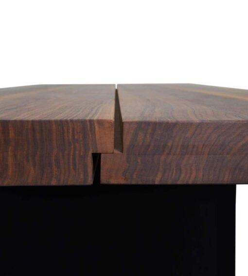 Esstisch Emmental - massiver Holztisch aus Nusbaum, Wildeiche oder Ulme - hier abgebildet in Nussbaum - Seitenansicht des 70 mm starken Tischbalttes