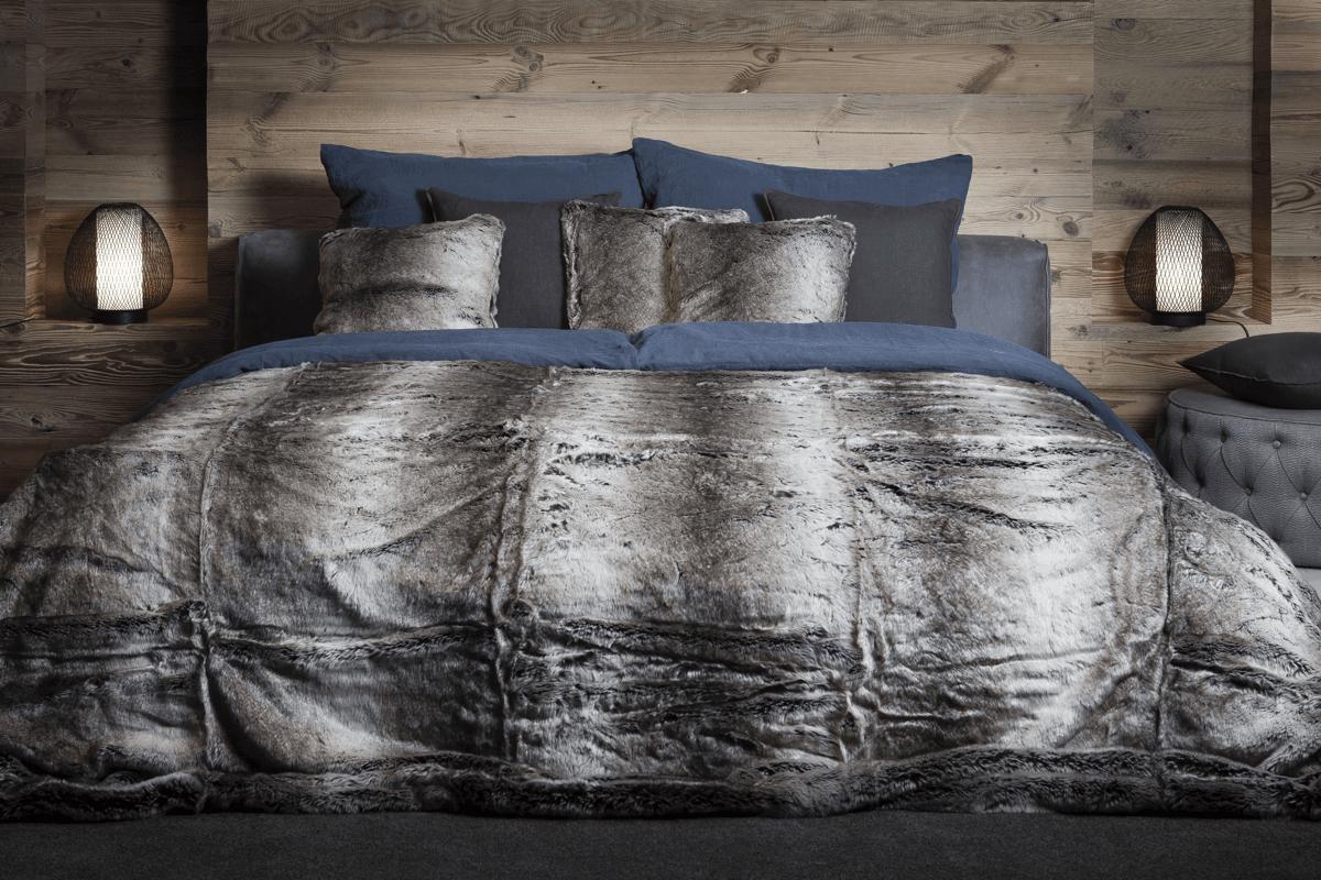 Die flauschige Webpelzdecke Wolf im Mass 250 x250 cm als luxuriöser Bettüberwurf