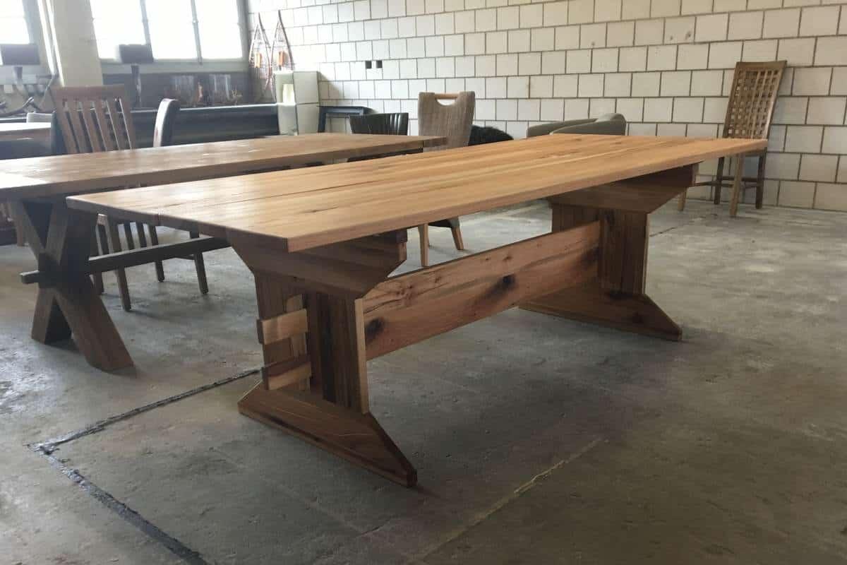 Vom Baum zum Holztisch - fertiger Esstisch beim Wohnhirsch